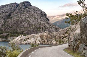mooi landschap met de auto noorwegen